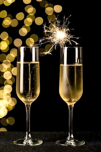 Bicchieri di champagne con luci bokeh Foto Gratuite