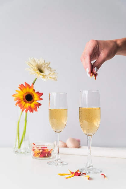 Champagne glasses with flowers on the table Free Photo
