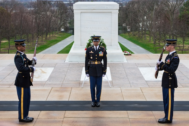 Changing of the guard at tomb of the unknowns, arlington national cemetery, washington dc, usa Premium Photo