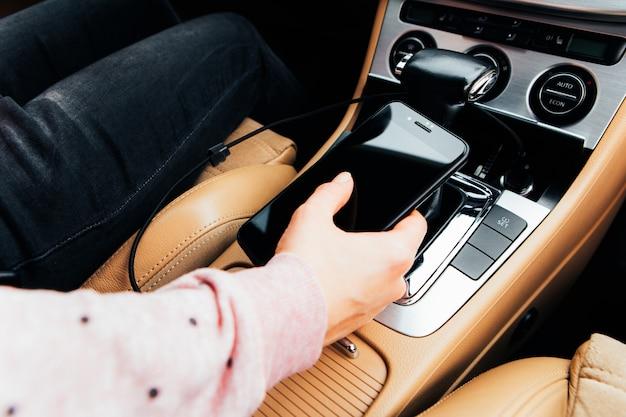 차에 충전기 플러그 전화 프리미엄 사진