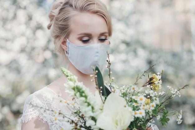Очаровательная невеста в защитной маске Premium Фотографии