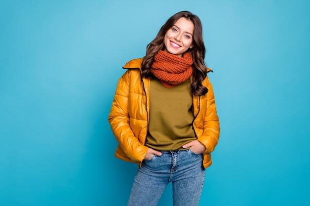 고립 된 주머니에 손을 잡고 매력적인 여자 프리미엄 사진