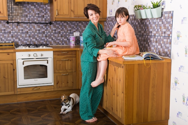 魅力的な母親と彼女の小さな娘は家にいます Premium写真