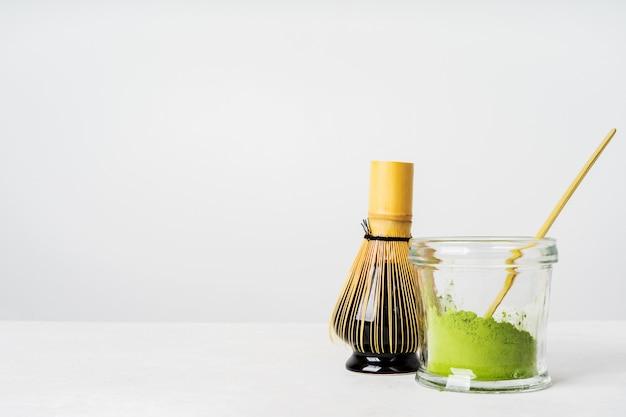 日本の有機緑茶と道具chasen竹whisの正面図 Premium写真