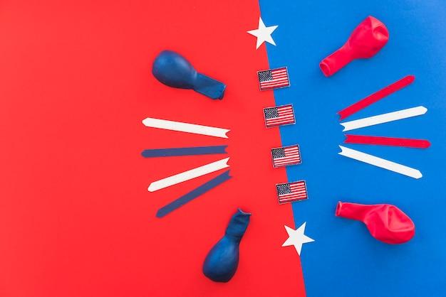 Caselle di controllo dell'america e palloncini sulla superficie colorata luminosa Foto Gratuite
