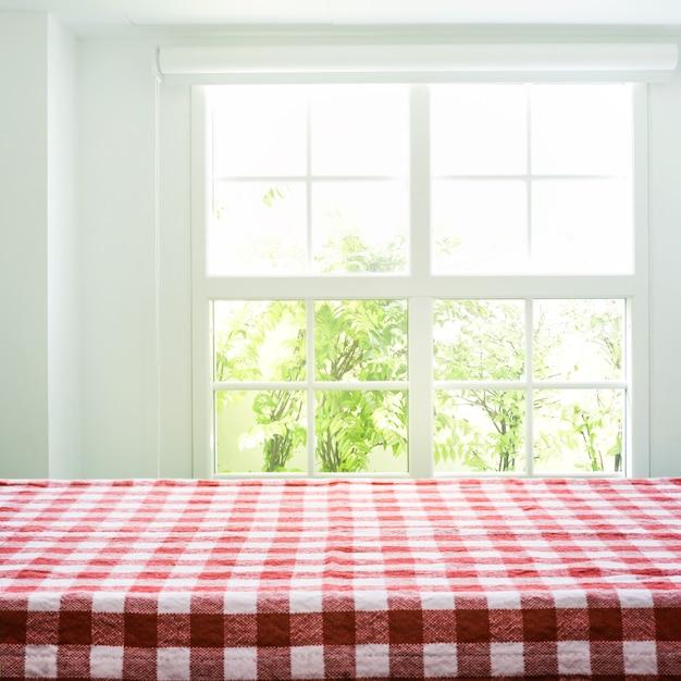 ぼかしウィンドウビュー庭の背景に市松模様のテーブルクロステクスチャ上面図。 Premium写真