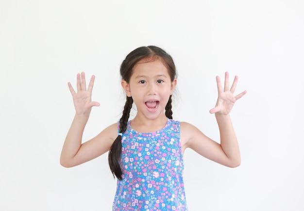 陽気なアジアの小さな子供の女の子のピーカブー式 Premium写真