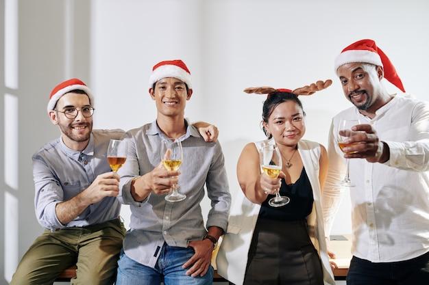 Веселые деловые люди празднуют рождество Premium Фотографии