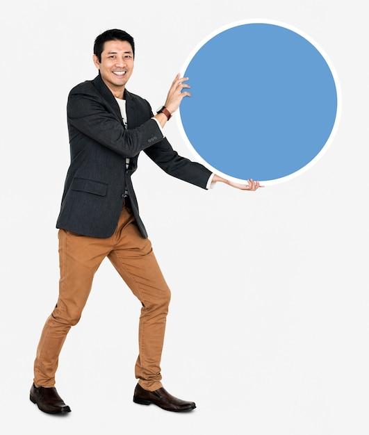 Uomo d'affari allegro che tiene un bordo rotondo blu Foto Gratuite