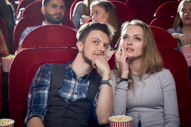 Веселая пара, свидание в кино. Premium Фотографии