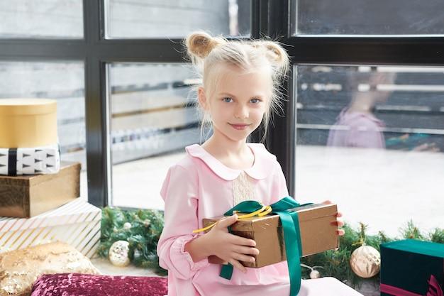 Cheerful cute girl opening gift box Premium Photo