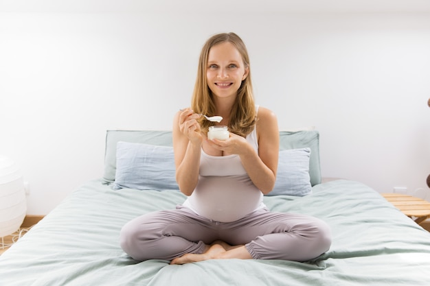 Cheerful expectant mother keeping healthy diet Free Photo