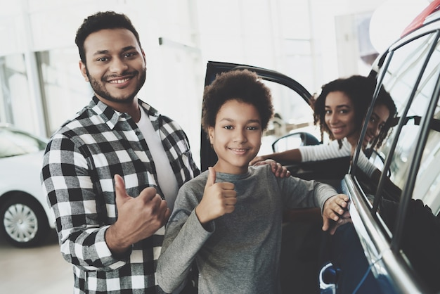 Cheerful family buying car owners show thumb Premium Photo