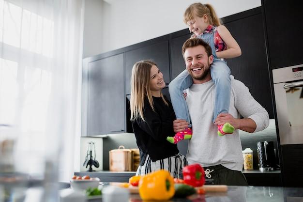 Веселая семья на кухне Premium Фотографии