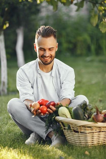 Allegro contadino con verdure biologiche in giardino. verdure biologiche miste nel cesto di vimini. Foto Gratuite