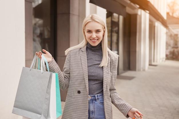 거리에 쾌활 한 여성 구매자 프리미엄 사진