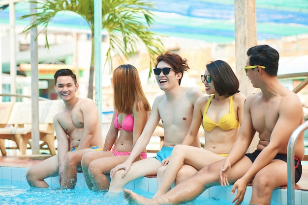 Cheerful friends in pool Free Photo