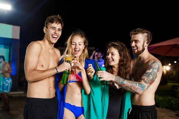 陽気な友達笑顔、喜び、スイミングプールのそばのパーティーで休憩 無料写真