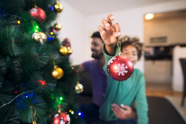 クリスマスの装飾を保持し、休日を楽しんでいる陽気な女の子 無料写真