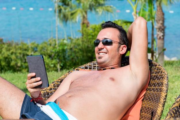 Ragazzo allegro con il suo cellulare a riposo all'aperto Foto Gratuite