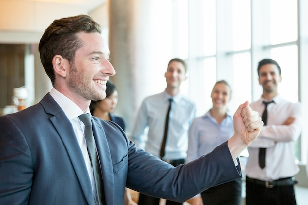 Cheerful leader motivating his business team Free Photo