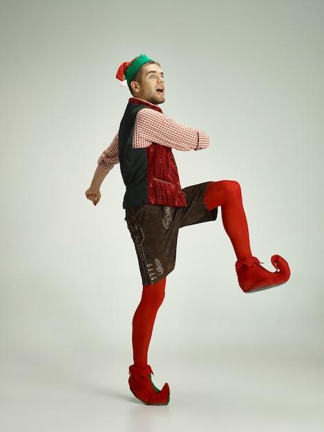 Uomo allegro in costume da elfo in movimento Foto Gratuite