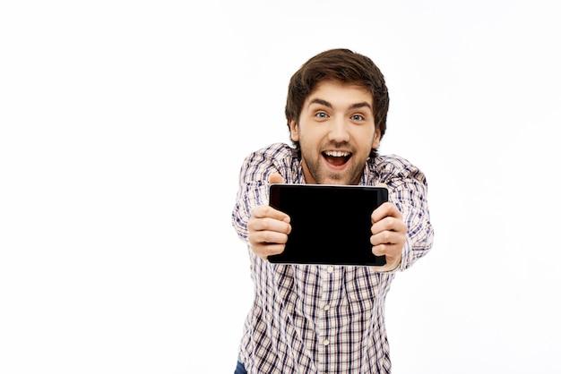 興奮してタブレット画面を示す陽気な男 無料写真