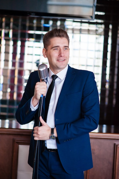 A cheerful man with microphone Premium Photo