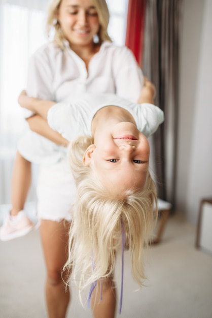 Веселая мама и дитя дурачатся дома. родительское чувство, единение, счастливая семья Premium Фотографии