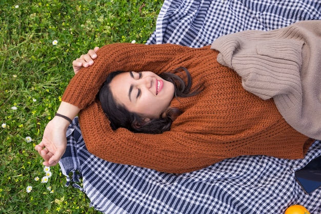 Cheerful pretty girl relaxing in spring park Free Photo