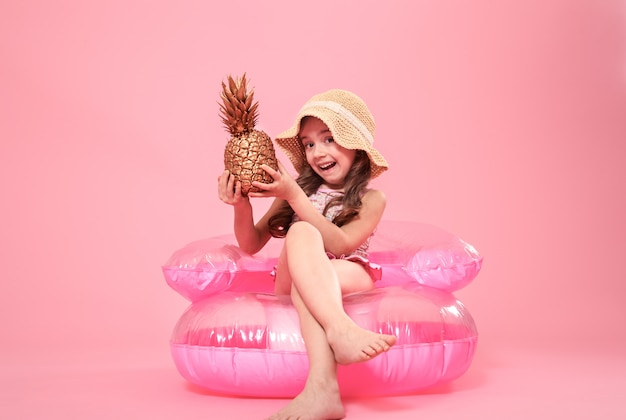 Веселая летняя девушка с ананасом на цветном фоне Бесплатные Фотографии