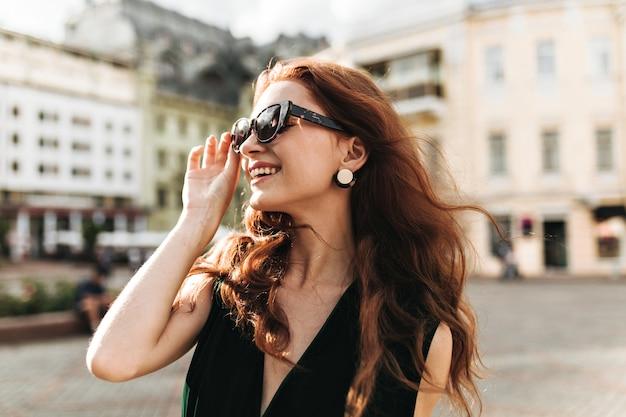 유행 선글라스에 쾌활 한 여자는 밖에 웃음 무료 사진