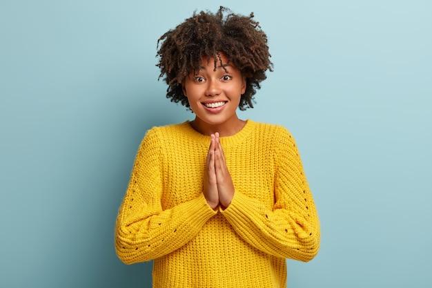 ピンクのセーターでポーズをとってアフロと陽気な女性 無料写真