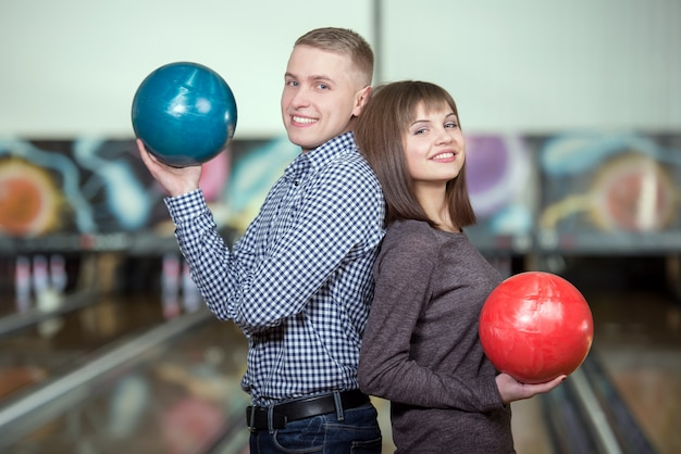 Cheerful young couple playing bowling. Premium Photo