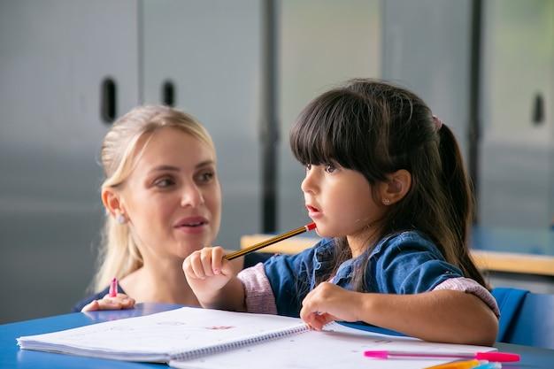 女子大学生が、小学生の女の子を塾講師バイトをして、教えている。