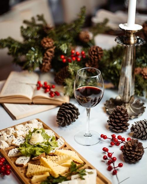 チーズプレートとグラスワイン 無料写真