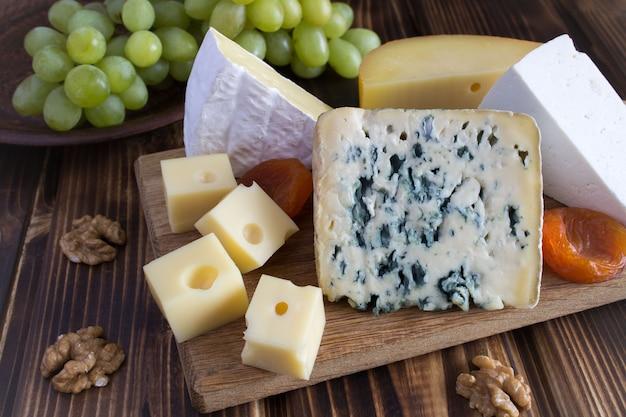 木製のまな板にチーズプレート Premium写真