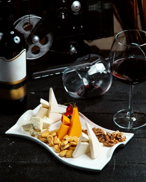 クラッカーとクルミのチーズプレート 無料写真