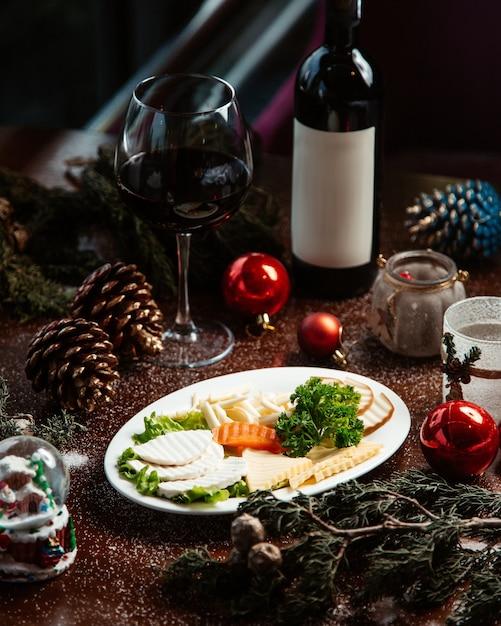 赤ワインのグラスとチーズプレート 無料写真