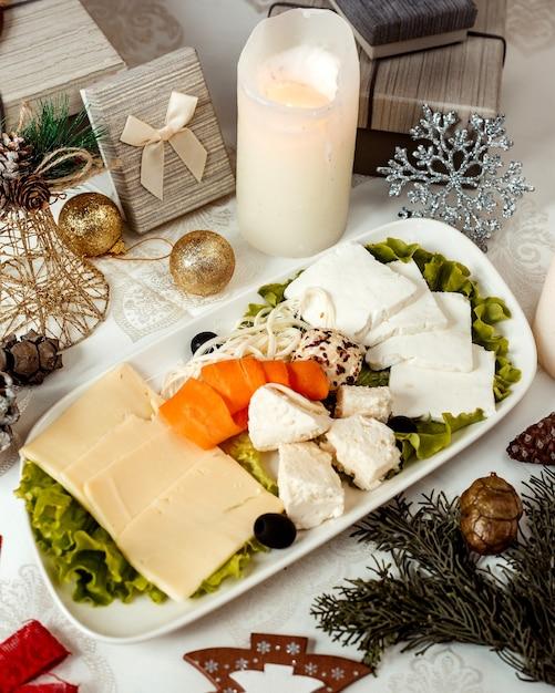 スライスしたアプリコットとオリーブのチーズプレート 無料写真