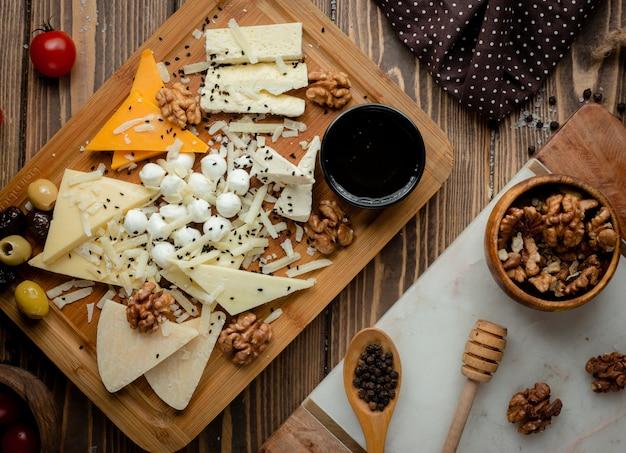 オリーブとクルミのチーズ盛り合わせ。 無料写真