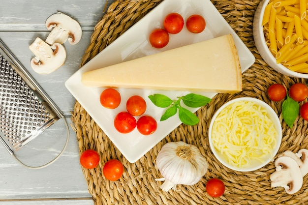 Cheese with garlic and tomatoes Free Photo