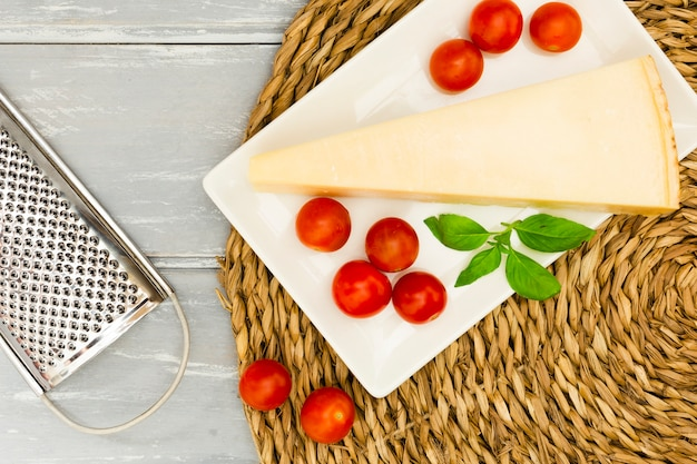 Cheese with tomatoes and mint Free Photo