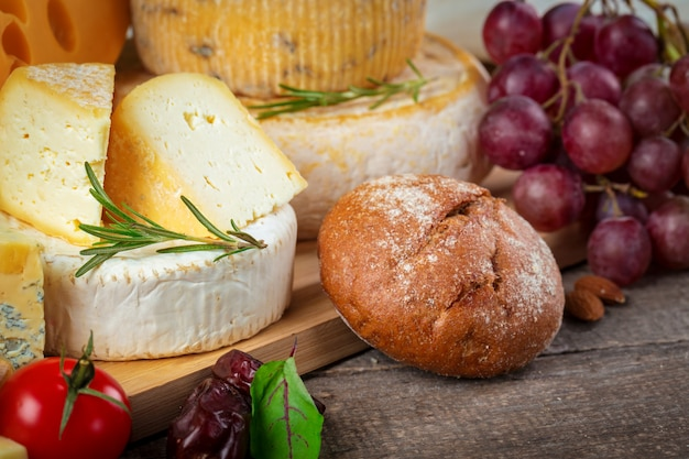 Cheese on wooden table Premium Photo