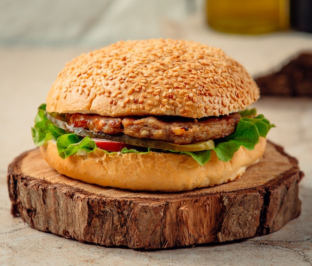 Cheeseburger with lettuce and tomato Free Photo