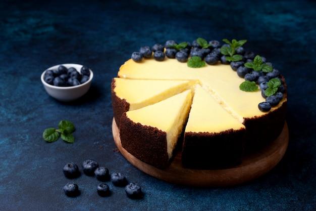 Cheesecake with blueberries Premium Photo