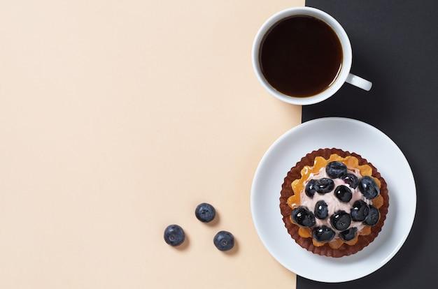 Чизкейк со свежей черникой и кофе Premium Фотографии