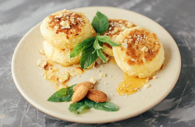 Cheesecakes, homemade traditional ukrainian and russian cheesecakes Premium Photo