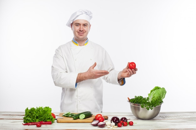 Chef cooking fresh vegetable salad in his kitchen Free Photo