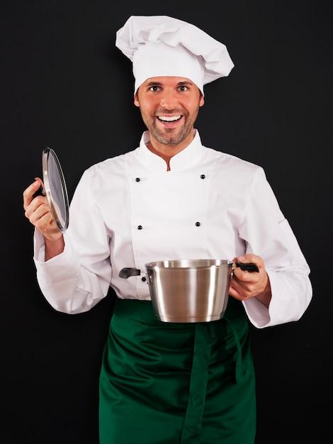 鍋で調理するシェフ 無料写真